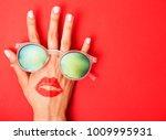woman hand holding sunglasses...   Shutterstock . vector #1009995931