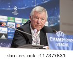Постер, плакат: Sir Alex Ferguson holds