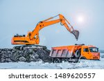 Excavator Is Loading Excavatio...