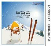 Muñeco de nieve con esquís de fondo de montañas de invierno