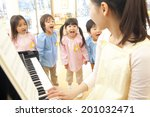Постер, плакат: Kindergarten children singing along