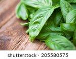 Fresh Organic Basilic Leaves O...