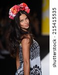 Постер, плакат: Adriana Lima walks the