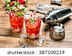 Постер, плакат: Red drink with ice