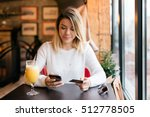 girl holding credit card and...   Shutterstock . vector #512778505