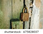 old rusty padlock on the door.   Shutterstock . vector #675828037