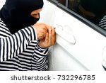 Small photo of robbery : Criminals cover their faces stealing stolen property and stealing cars using a passkey as a tool.