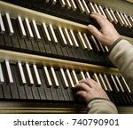 Small photo of organist