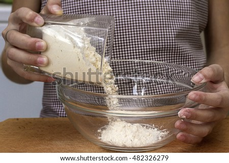 flour pours from a glass plate in preparation for test