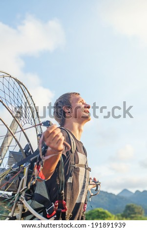 man preparing for the paragliding flight