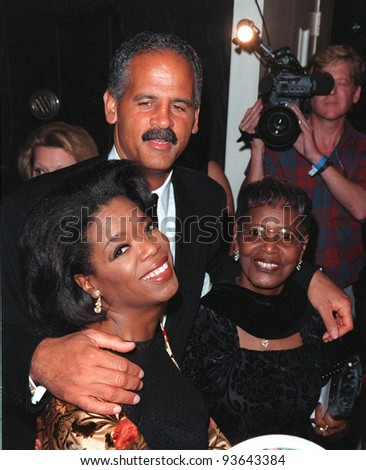 "12OCT98:  TV chat show queen OPRAH WINFREY & fianc STEADMAN GRAHAME & mother at the Los Angeles premiere of her new movie ""Beloved."""