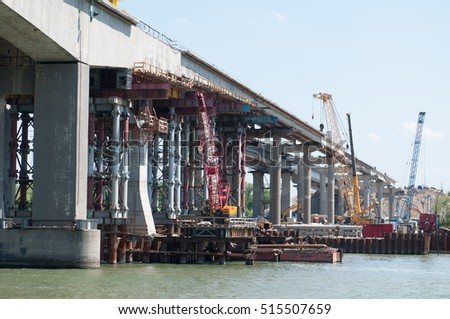 �¡onstruction of the bridge. Metal constructions.