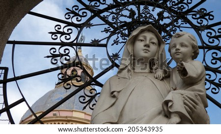 """""""Reina de la Paz"""" Statue of the Virgin Mary holding child Jesus Christ, with the Salta Cathedral in the background in Salta, Argentina - stock photo"""