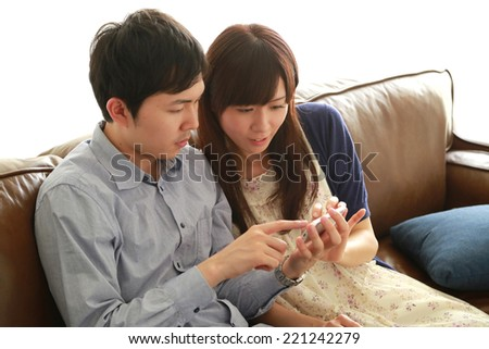 ???????????? ?            ???????????     ???? ?    Young couple using smart phone