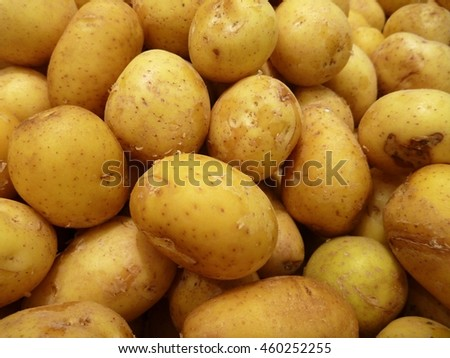 a big heap of fresh raw potatoes