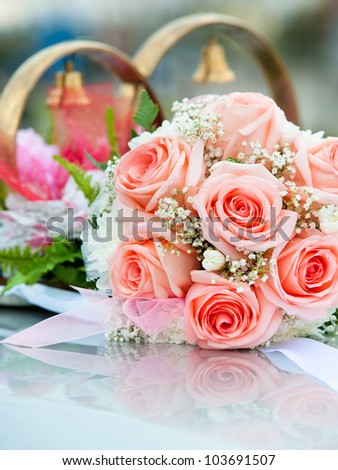a bridal bouquet of roses as a car wed decoration