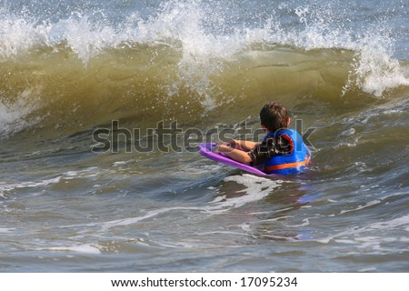 A child waiting for the wave to body board