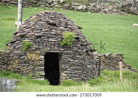 A clochan (beehive hut) on Dingle Peninsula, Kerry, Ireland. A Cloch�¡n is a dry-stone hut with a corbelled roof, commonly associated with the south-western Irish seaboard - stock photo