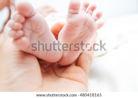 A closeup to newborn babies feet