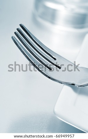 a dinner set formed by a plate, a fork and a glass