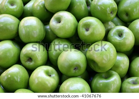 A pile of green apples at a farmers market
