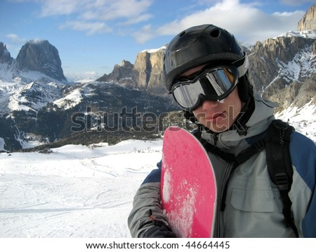 A snowboarder alone on the piste