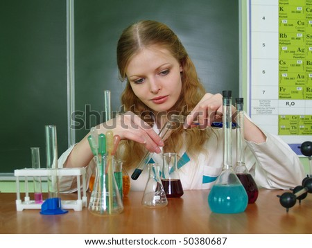 A student makes up a solution in the chemistry class