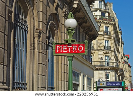 A typical metro sign on Paris street.