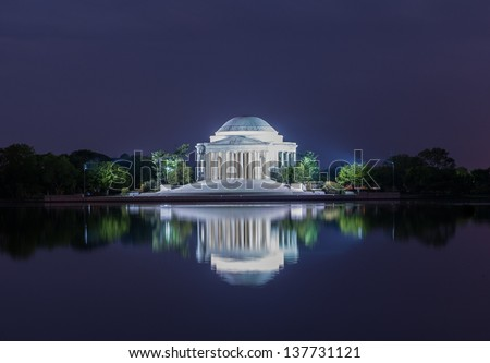 A view of the Jefferson Memorial at night.