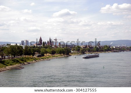 A view over the city of Mainz with its cathedral and the promenade along the river Rhine / City Mainz