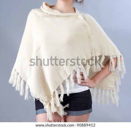 A woman wearing a beige knitted scarf