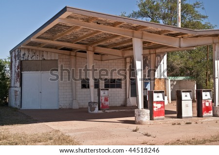 Abandoned gas station and auto repair shop on Route 66