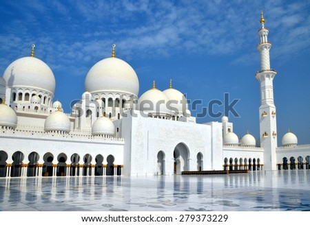 ABU DHABI, UAE - 16 AUGUST: Inner court yard and minaret of the largest mosque in the United Arab Emirates and the eighth largest mosque in the world. Abu Dhabi, UAE - Aug.16, 2014 - stock photo
