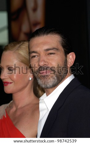 Actor ANTONIO BANDERAS & actress wife MELANIE GRIFFITH at the world premiere, in Los Angeles, of his new movie Original Sin. 31JUL2001.  Paul Smith/Featureflash