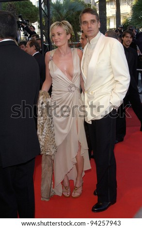 Actor JEREMY IRONS & actress PATRICIA KAAS at the Closing Awards Gala for the 55th Annual Cannes Film Festival. 26MAY2002.  Paul Smith / Featureflash