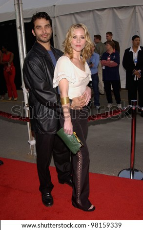 Actress CHRISTINA APPLEGATE & actor husband JOHNATHAN SCHAECH at the American Music Awards in Los Angeles. 09JAN2002.   Paul Smith/Featureflash