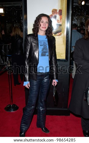 Actress JULIA ROBERTS at the Los Angeles premiere of her new movie The Mexican. 23FEB2001.    Paul Smith/Featureflash - stock photo