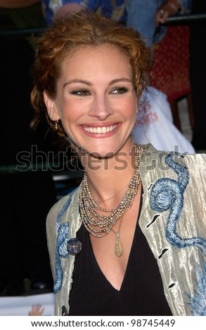 Actress JULIA ROBERTS at the world premiere, in Los Angeles, of her new movie America's Sweethearts. 17JUL2001   Paul Smith/Featureflash - stock photo