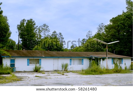 An abandoned travel lodge on an old American highway - stock photo