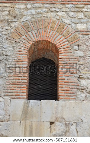 Keystone arch stock photos royalty free images vectors for Mixing brick and stone