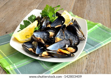 appetizer with reef mussels cooked in boiling water with lemon juice