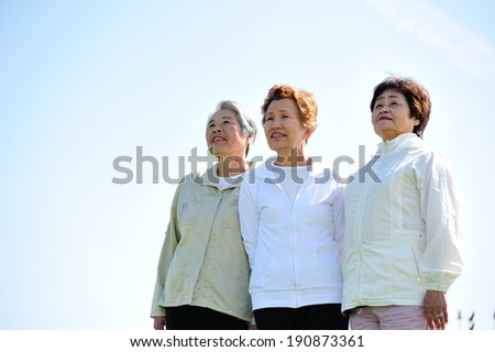 Asian woman threesome of elderly overlooking the sky