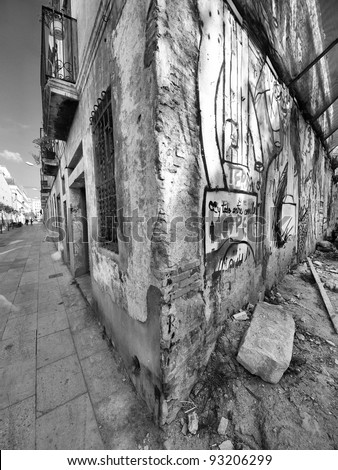 At the corner / Wide angle shoot of building on the corner with graffiti in black & white / Barcelona, Spain