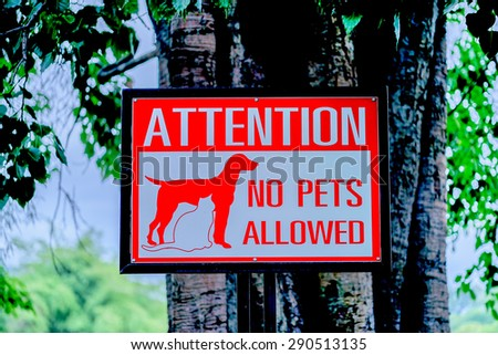 Attention  no  pets  allowed  sign  and   signal.