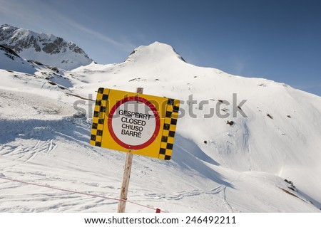 Austria, Salzburg, Altenmarkt-Zauchensee, Warning sign in snowy land