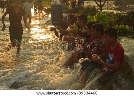 AYUTTHAYA THAILAND - OCT 14 : unidentified flood victims  sitting on the road, waiting for aid from volunteers on october 14,2011 in Ayutthaya Thailand