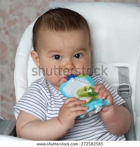 Baby eat smoothie  himself