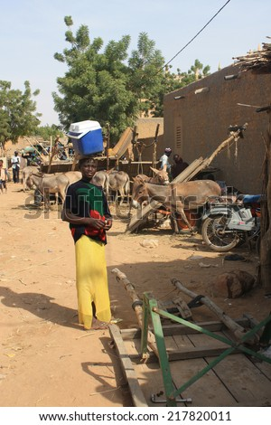 BANDIAGARA, MALI - SEPTEMBER 29, 2008:  Unidentified woman in the market in bandiagara in the Mopti region in Mali on september 29, 2008, Bandiagara, Mali - stock photo