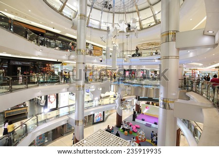 BANGKOK - DECEMBER 7 : People shopping at Siam Discovery on December 7, 2014,  in Bangkok, Thailand.