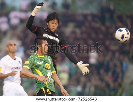 BANGKOK THAILAND - MARCH 5: K.Tumsatjanu(B) and T.Sriha(G) in Thai Premier League (TPL) between Army Utd. (green) vs Muang Thong utd.(white) onMarch 5, 2011 at Army Stadium in Bangkok Thailand